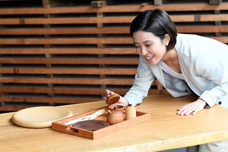 木工作品を見る女性